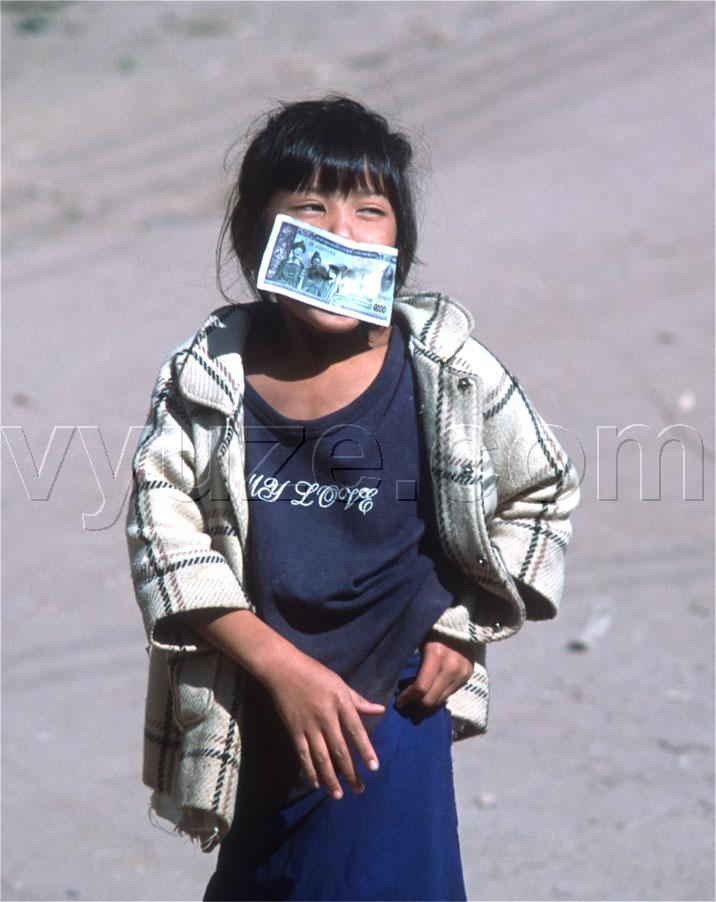 Girl with banknote / Location: Laos